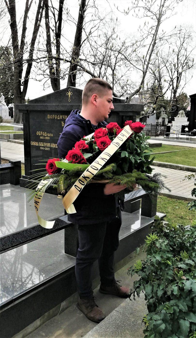 Student prodekan Radoš Ninić polaže cveće na grob dr Drage Ljočić